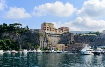 1280px-Ferry_and_yacht_port_of_Sorrento_-_Campania_-_Italy_-_July_12th_2013_-_03